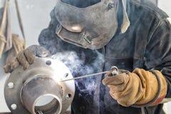 Transição cônica manual da soldadura de arco com uma flange contornada Fotos de Stock Royalty Free