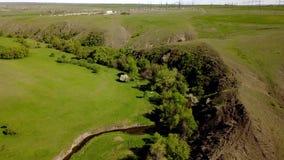 Transición de la estación de la distribución de poder al paisaje del valle verde con el río, las colinas y los acantilados de la  almacen de video