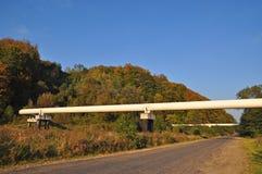 Transición de la tubería a través del camino. Imagen de archivo