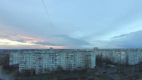 Transición del lapso de tiempo a partir del día a la noche con las nubes de lluvia sobre la ciudad metrajes