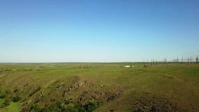 Transición del paisaje del valle verde con el río, las colinas y los acantilados de la roca a la estación de la distribución de p metrajes