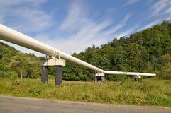 Transición de la tubería a través del camino. Foto de archivo libre de regalías