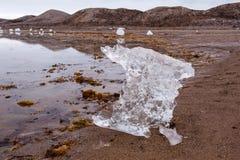 Transience et solitude de l'existence - nature en tant qu'artiste - grande sculpture en glace sur la côte de Svalboard photos libres de droits