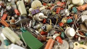 Transistorer, motstånd och gamla radiodelar Tappningdetaljer lager videofilmer