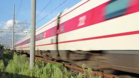 Transit de train de Trenitalia ETR 480 près de station de Pise banque de vidéos