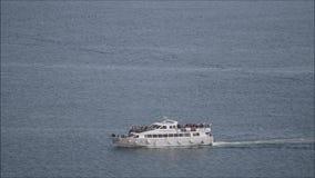 Transit touristique de bateau de droite à gauche banque de vidéos