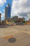 Transite pelo ônibus e a skyline parcial de Minneapolis, Minnesota vertic Fotos de Stock Royalty Free