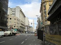 Transite por na rua de Corrientes com o obelisco no fundo Buenos Aires Argentina fotografia de stock