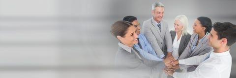 Transition de travail d'équipe avec des gens d'affaires joignant des mains Photos stock