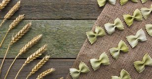 Transitoire de blé et des pâtes, sur un fond en bois, avec l'espace pour le texte images stock