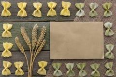 Transitoire de blé et des pâtes, sur un fond en bois, avec l'espace pour le texte images libres de droits