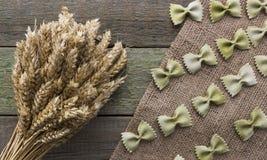 Transitoire de blé et des pâtes, sur un fond en bois, avec l'espace pour le texte photo libre de droits