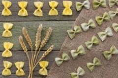 Transitoire de blé et des pâtes, sur un fond en bois, avec l'espace pour le texte photographie stock