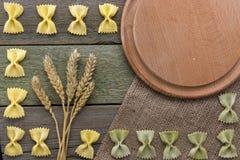 Transitoire de blé et des pâtes, sur un fond en bois, avec l'espace pour le texte photographie stock libre de droits
