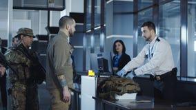 Transitting vapenanseende för man i flygplats royaltyfria bilder