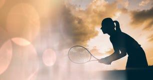 Transizione del bokeh della siluetta e della pesca del tennis della donna immagine stock