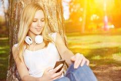 Transmisión de vídeo de observación de la mujer con smartphone Imagen de archivo