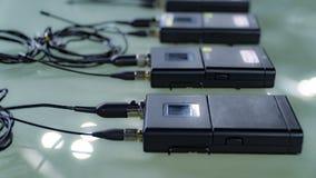 Transmisor de cuatro micrófonos inalámbricos y micrófono inalámbrico cuatro imagen de archivo libre de regalías