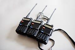 Transmisor de tres radios portátiles en el fondo de acero imagen de archivo libre de regalías