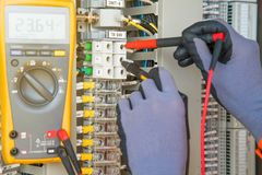 Transmisor eléctrico y del instrumento del sitio del servicio de la temperatura en la plataforma costera del manantial del petról imagen de archivo