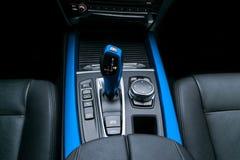 A transmissão automática azul da vara de engrenagem de um carro moderno, os multimédios e a navegação controlam botões Detalhes d Foto de Stock Royalty Free