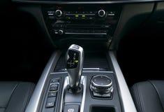 A transmissão automática da vara de engrenagem de um carro moderno, os multimédios e a navegação controlam botões Detalhes do int Imagem de Stock Royalty Free
