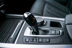 A transmissão automática da vara de engrenagem de um carro moderno, os multimédios e a navegação controlam botões Detalhes do int Fotos de Stock