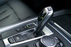 A transmissão automática da vara de engrenagem de um carro moderno, os multimédios e a navegação controlam botões Detalhes do int Fotografia de Stock Royalty Free