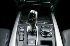 A transmissão automática da vara de engrenagem de um carro moderno, os multimédios e a navegação controlam botões Detalhes do int Foto de Stock
