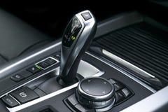 A transmissão automática da vara de engrenagem de um carro moderno, os multimédios e a navegação controlam botões Detalhes do int Foto de Stock Royalty Free