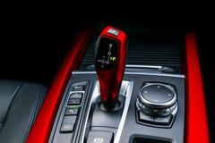 A transmissão automática vermelha da vara de engrenagem de um carro moderno, os multimédios e a navegação controlam botões Detalh Fotografia de Stock