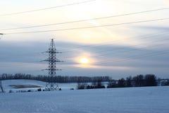 Transmissão da eletricidade da noite do inverno imagens de stock royalty free