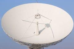 Transmissão de rádio satélite branca em Tailândia Fotografia de Stock Royalty Free