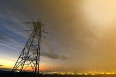 Transmissão e distribuição interurbana do conceito da eletricidade Torre de alta tensão com esticão de linhas elétricas elétrico  fotografia de stock