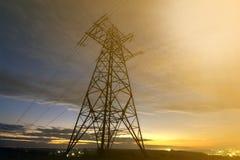 Transmissão e distribuição interurbana do conceito da eletricidade Torre de alta tensão com esticão de linhas elétricas elétrico  imagens de stock