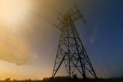 Transmissão e distribuição interurbana do conceito da eletricidade Vista angular da torre de alta tensão com linhas elétricas elé fotografia de stock royalty free