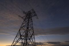 Transmissão e distribuição interurbana do conceito da eletricidade Vista angular da torre de alta tensão com o st bonde das linha fotos de stock royalty free