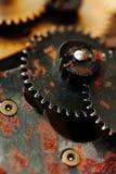Transmissão mecânica da engrenagem oxidada das rodas denteadas rodas do projeto do vintage da maquinaria industrial Campo da prof imagens de stock
