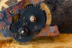 Transmissão mecânica da engrenagem oxidada das rodas denteadas o projeto do vintage da maquinaria industrial roda em metálico cor imagens de stock