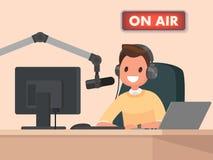 transmissão O anfitrião de rádio atrás de uma mesa fala no microphon Fotos de Stock Royalty Free