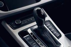 Transmiss?o autom?tica do seletor com couro perfurado no interior de um carro caro moderno imagens de stock