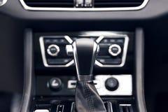 Transmiss?o autom?tica do seletor com couro perfurado no interior de um carro caro moderno fotos de stock royalty free