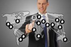 Transmissie van mensen de Globale Bitcoin via blockchain Fintech royalty-vrije stock fotografie