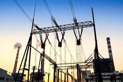 Transmissietoren in de zonsondergang stock foto's