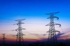 Transmissietoren in de zonsondergang stock foto