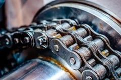 Transmission à chaînes mécanique chaîne de rouleau de Double-rangée photographie stock