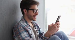 Transmission de messages décontractée d'homme au téléphone portable clips vidéos