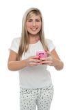 Transmission de messages magnifique de fille ses amis de portable Photos stock