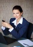 Transmission de messages sûre de femme d'affaires dans le bureau Photo stock