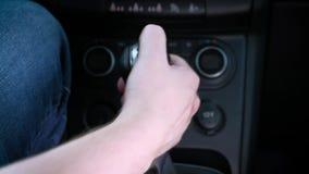 Transmission manuelle Les vitesses de commutateurs d'homme Monte rapidement banque de vidéos